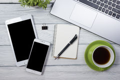 Table de bureau avec des approvisionnements Vue supérieure Copiez l'espace pour le texte Photos libres de droits