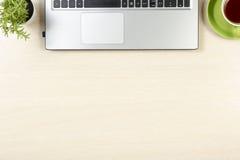 Table de bureau avec des approvisionnements Vue supérieure Copiez l'espace pour le texte Photo stock
