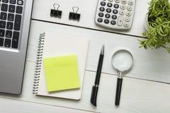 Table de bureau avec des approvisionnements Vue supérieure Copiez l'espace pour le texte Ordinateur portable, bloc-notes, stylo,  Images stock