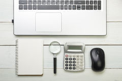 Table de bureau avec des approvisionnements Vue supérieure Copiez l'espace pour le texte Ordinateur portable, bloc-notes, stylo,  Image stock