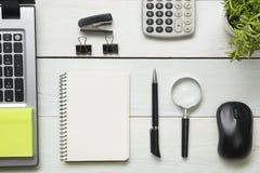 Table de bureau avec des approvisionnements Vue supérieure Copiez l'espace pour le texte Ordinateur portable, bloc-notes, stylo,  Images libres de droits