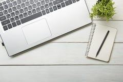 Table de bureau avec des approvisionnements Vue supérieure Copiez l'espace pour le texte Ordinateur portable, bloc-notes, stylo e Photos libres de droits