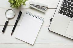 Table de bureau avec des approvisionnements Vue supérieure Copiez l'espace pour le texte Ordinateur portable, bloc-notes vide, st Photo libre de droits