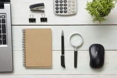 Table de bureau avec des approvisionnements Vue supérieure Copiez l'espace pour le texte Ordinateur portable, bloc-notes vide, st Photo stock
