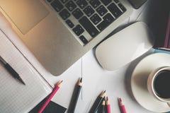 Table de bureau avec des articles Photos libres de droits