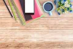 Table de bureau avec des fournitures de bureau Image libre de droits