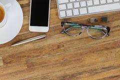 Table de bureau avec des gusgets et des approvisionnements Image stock