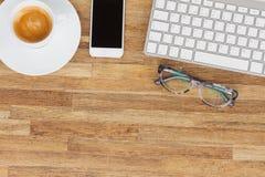 Table de bureau avec des gusgets et des approvisionnements Photo stock