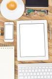 Table de bureau avec des gusgets et des approvisionnements Images libres de droits