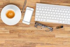 Table de bureau avec des gusgets et des approvisionnements Photos libres de droits