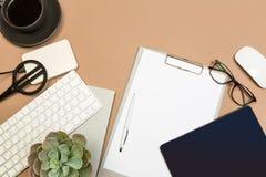 Table de bureau avec des verres et des ciseaux de disque de tasse de café de carnet de clavier de presse-papiers Moquerie vers le photo stock