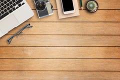Table de bureau avec l'équipement de bureau Photographie stock libre de droits