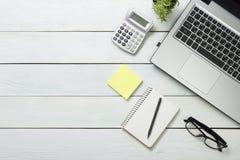 Table de bureau avec l'ordinateur, approvisionnements, fleur Vue supérieure Copiez l'espace pour le texte Photographie stock