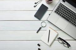 Table de bureau avec l'ordinateur, approvisionnements, fleur Vue supérieure Copiez l'espace pour le texte Photos stock