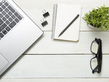 Table de bureau avec l'ordinateur, approvisionnements, fleur Vue supérieure Copiez l'espace pour le texte Image stock