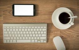 Table de bureau avec l'ordinateur de clavier et la tasse et l'ordinateur de café Images libres de droits