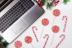 Table de bureau avec l'ordinateur Fond de Noël photos libres de droits