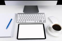 Table de bureau avec l'ordinateur, le clavier d'ordinateur sans fil et la souris, tasse de café, tablette copiez le carnet de l'e Photo libre de droits
