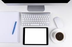 Table de bureau avec l'ordinateur, le clavier d'ordinateur sans fil et la souris, tasse de café, tablette copiez le carnet de l'e Photos stock