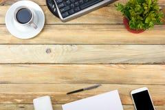 Table de bureau avec l'ordinateur, le stylo et une tasse de café, sort de choses Vue supérieure avec l'espace de copie Images stock