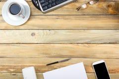 Table de bureau avec l'ordinateur, le stylo et une tasse de café, sort de choses Vue supérieure avec l'espace de copie Photos libres de droits