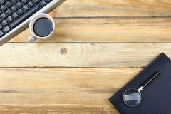 Table de bureau avec l'ordinateur, le stylo et une tasse de café, sort de choses Vue supérieure avec l'espace de copie Photo libre de droits