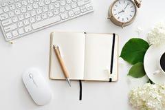 Table de bureau avec l'ordinateur, les approvisionnements et la tasse de café Photos libres de droits