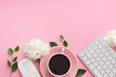 Table de bureau avec l'ordinateur, les approvisionnements et la tasse de café Photographie stock libre de droits