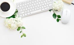 Table de bureau avec l'ordinateur, les approvisionnements et la tasse de café Images stock