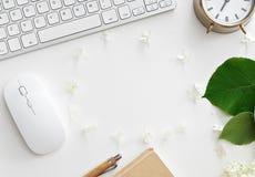 Table de bureau avec l'ordinateur, les approvisionnements et la tasse de café Photo stock