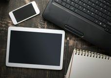 Table de bureau avec l'ordinateur, les approvisionnements et le comprimé, pho mobile Photographie stock