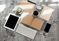 Table de bureau avec l'ordinateur, les approvisionnements et le téléphone Photos libres de droits