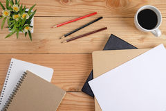 Table de bureau avec l'ordinateur, les verres, le stylo, le crayon, le carnet et la tasse de café Vue supérieure avec le foyer sé Image libre de droits