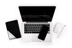 Table de bureau avec l'ordinateur portable, comprimé numérique, smartphone, p images stock