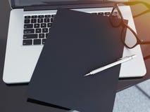 Table de bureau avec l'ordinateur portable et la feuille de papier noire rendu 3d Image libre de droits