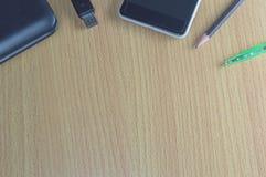 Table de bureau avec l'ordinateur portable et le stylo de smartphone Photo stock