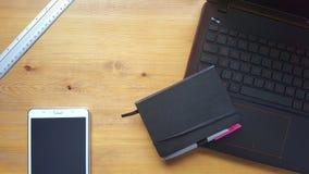 Table de bureau avec l'ordinateur portable, la règle et le carnet Photo libre de droits