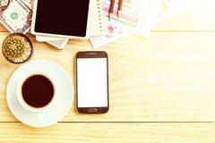 Table de bureau avec l'ordinateur portable, la tasse de café et le pho futé Photos libres de droits