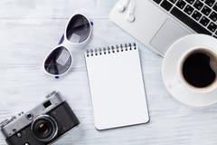Table de bureau avec l'ordinateur portable, le café et l'appareil-photo Images stock