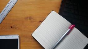 Table de bureau avec l'ordinateur portable, le comprimé, la règle et le carnet Photo libre de droits