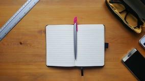 Table de bureau avec l'ordinateur portable, le comprimé, la règle et le carnet Photographie stock