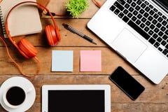 Table de bureau avec l'ordinateur portable, téléphone intelligent Photo libre de droits