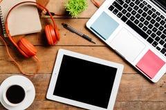 Table de bureau avec l'ordinateur portable, téléphone intelligent Photographie stock libre de droits