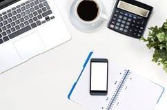 Table de bureau avec l'ordinateur portable, vue supérieure de fournitures de bureau Images stock