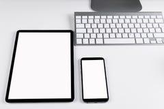 Table de bureau avec la tablette et le smartphone, le clavier d'ordinateur sans fil et la souris, carnet de l'espace de copie Écr Image libre de droits