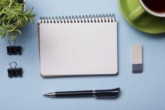 Table de bureau avec la tasse d'approvisionnement et de coffe Vue de ci-avant Copiez l'espace pour le texte Photos stock