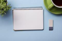 Table de bureau avec la tasse d'approvisionnement et de coffe Vue de ci-avant Copiez l'espace pour le texte Images libres de droits