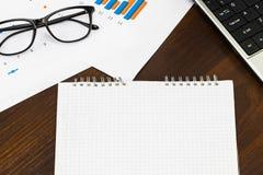 Table de bureau avec le blanc, le stylo, le rapport financier et la tasse de c Photographie stock
