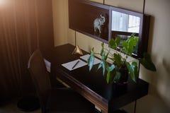 Table de bureau avec le bloc-notes, l'enveloppe de vintage et les approvisionnements Vue de l'espace ci-dessus de copie Photographie stock libre de droits