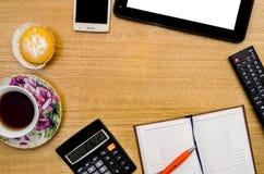 Table de bureau avec le bloc-notes, l'ordinateur et la tasse de thé, calculatrice Photos libres de droits